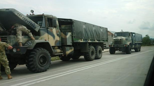 Doi bocanci si-un cur afara - e masina militara!